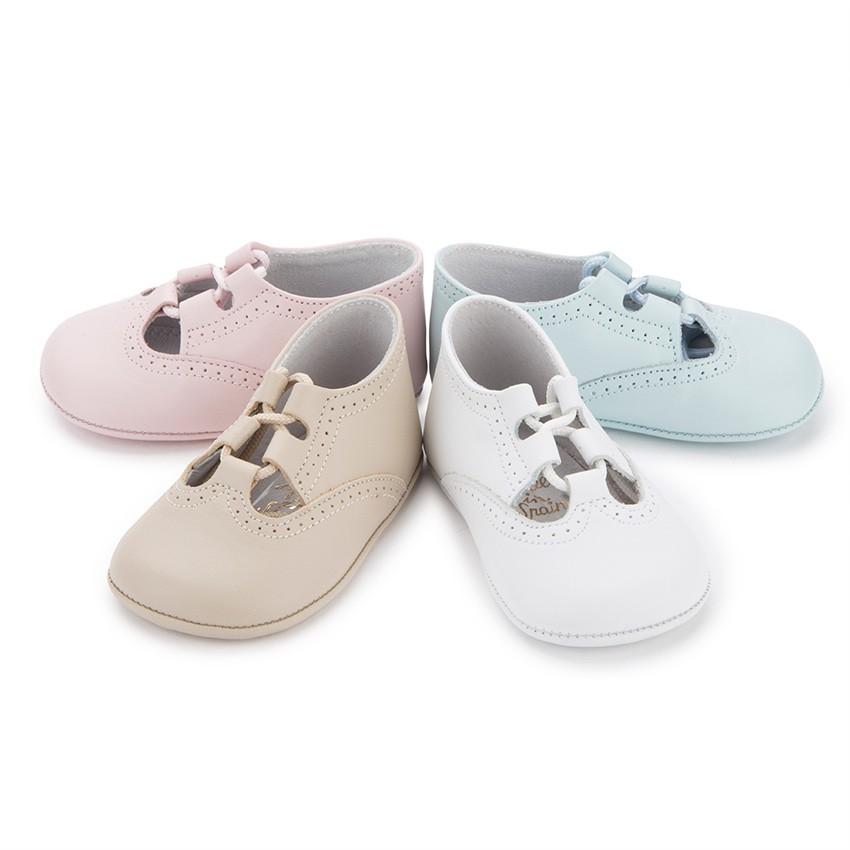 Encuentra las mejores marcas de zapatos de bebé al mejor precio y ahorra con las ventajas de comprar en Zapatos y Garabatos. Ahórrate los gastos de envio confiando en nosotros y consigue grandes descuentos en marcas especializadas en calzado de bebé.