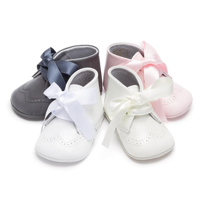 En nuestra tienda online de zapatos para bebés podrás comprar zapatos para tu bebé a precios muy económicos. De esta forma podrás combinar a tu pequeña de mil maneras. Si la quieres sacar a pasear en chándal, tenemos unas zapatillas deportivas para bebé de lo más chip! En cambio si decides ponerle una bonito vestido, podrías combinarlo con algunos de nuestros zapatos para bebe niña.