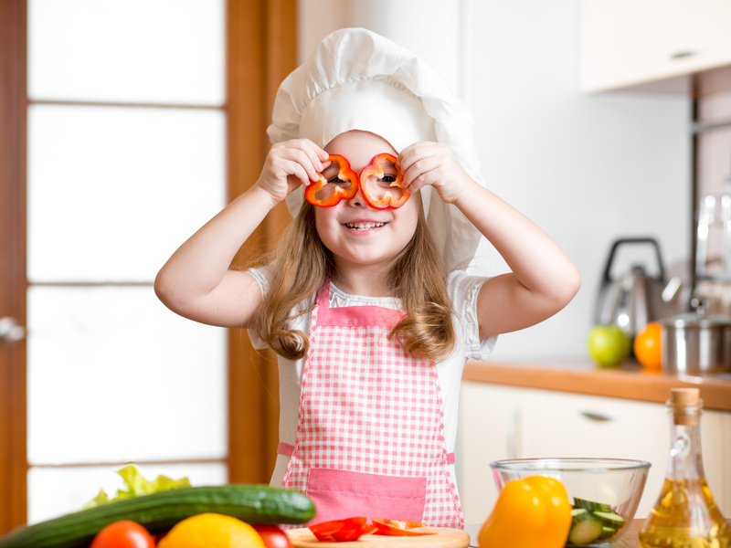 Disfrutando preparando ensaladas con tus niños
