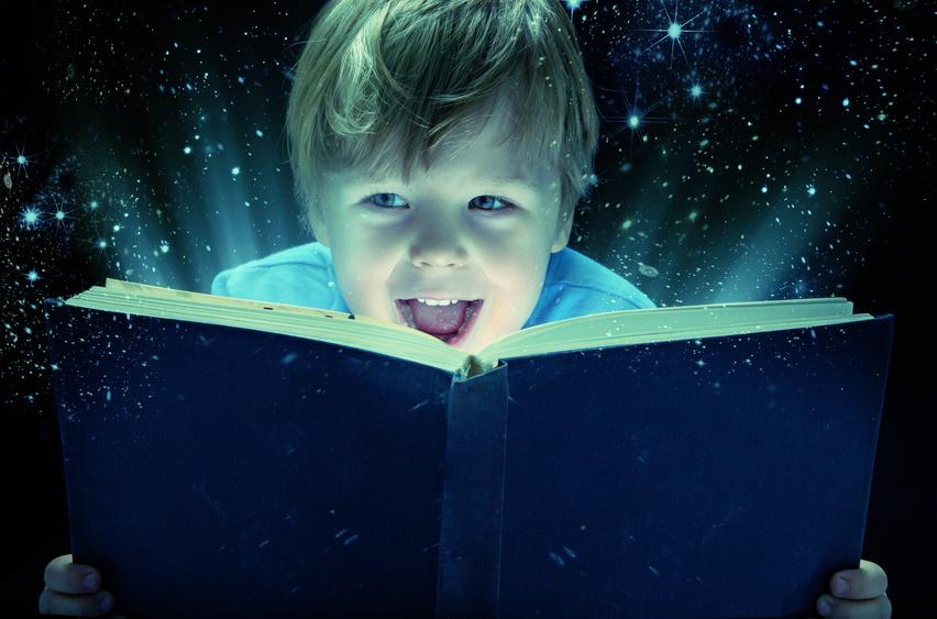 Niño leyendo libro mágico