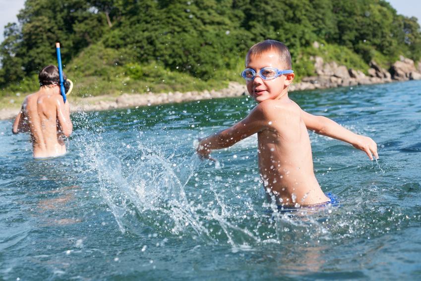 Niños disfrutando en el agua